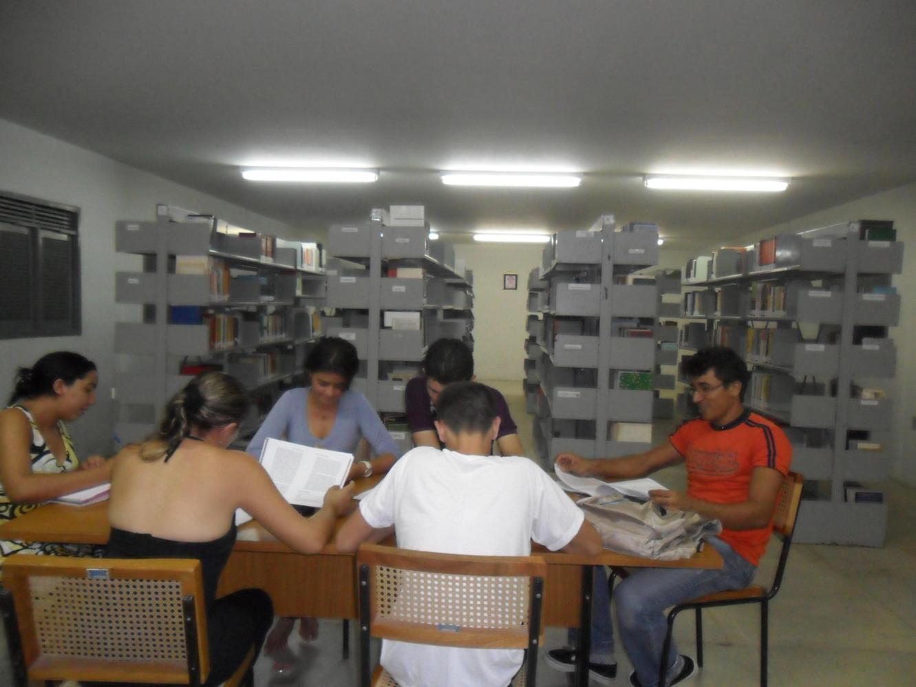 Foto do salão do acervo bibliográfico da BSP